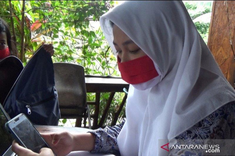 Ada wifi gratis, pelajar Tanjungpinang belajar daring di warung kopi