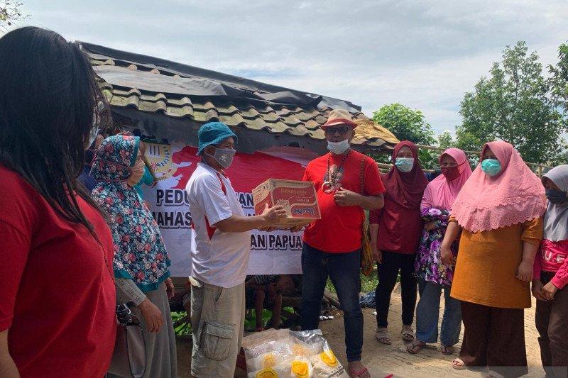 Mahasiswa-seniman Papua di Jakarta bagi sembako ke korban longsor