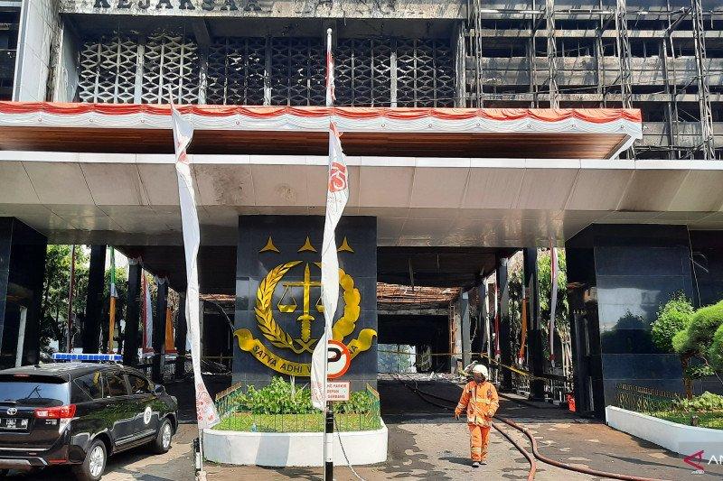 Damkar masih sisir bara api di Kantor Kejaksaan Agung