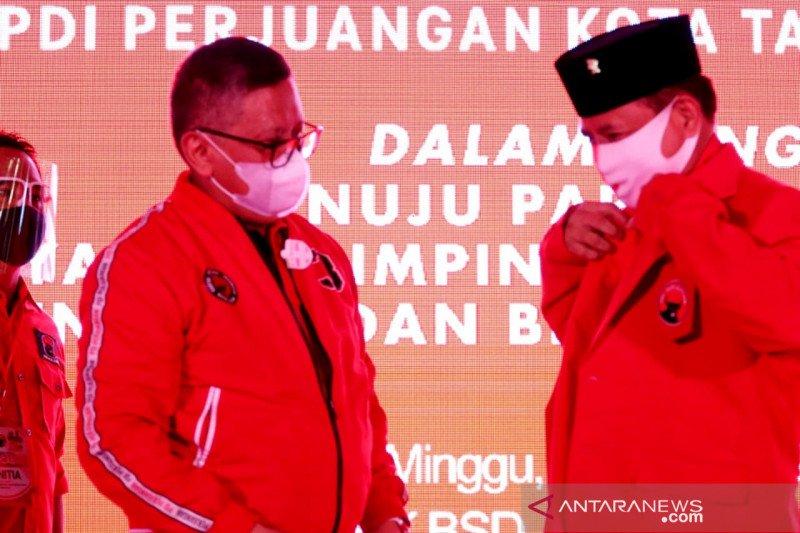 Sekjen PDIP sematkan jaket kepada bakal calon Wali Kota Tangsel
