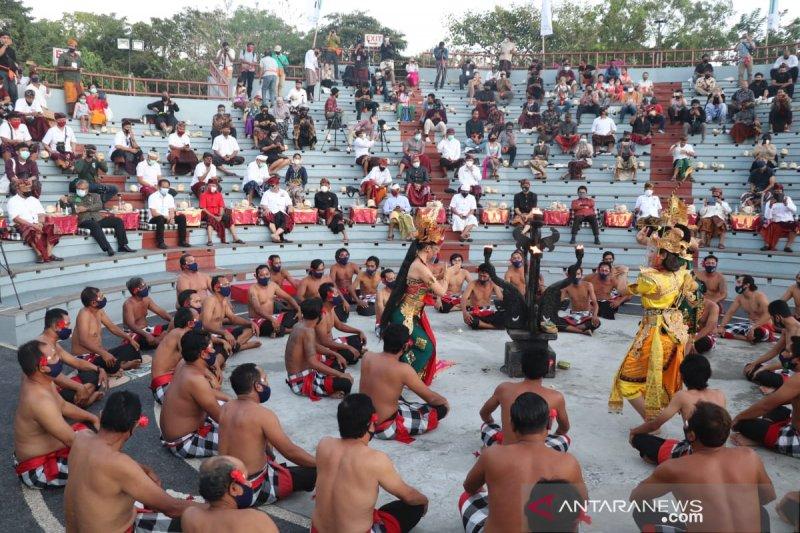 Protokol kesehatan diterapkan dalam pentas Tari Kecak di Uluwatu