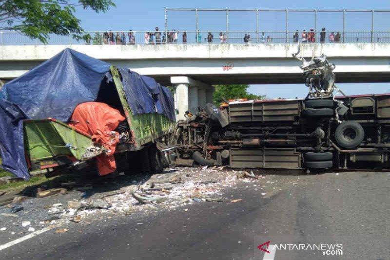Bus tabrak truk di Tol Cipali empat orang tewas