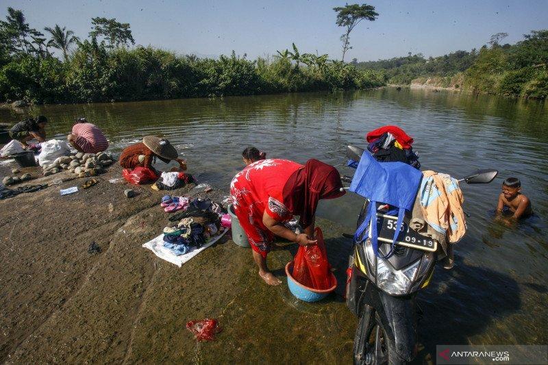 Air sumur mengering, sebagian warga pindah MCK ke sungai di Bogor