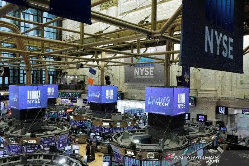 Wall Street tergelincir dari rekor tertinggi, saham Tesla anjlok