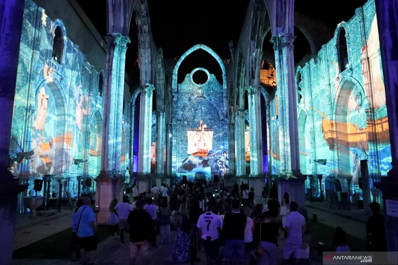 Pertunjukan Lisbon Under Stars di Reruntuhan Gereja Carmo Porugal