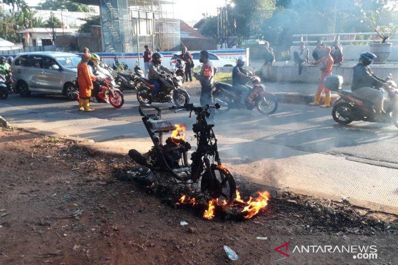 Motor terbakar sebabkan kemacetan di Jalan DI Panjaitan