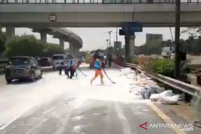 Truk semen yang terbalik di Tol Cawang kelebihan muatan