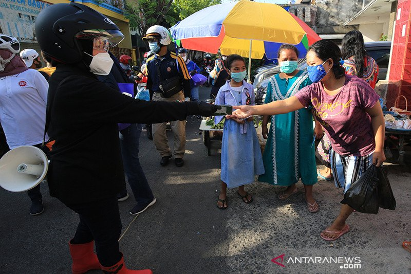 Wali Kota Surabaya blusukan ke pasar ingatkan warga pakai masker