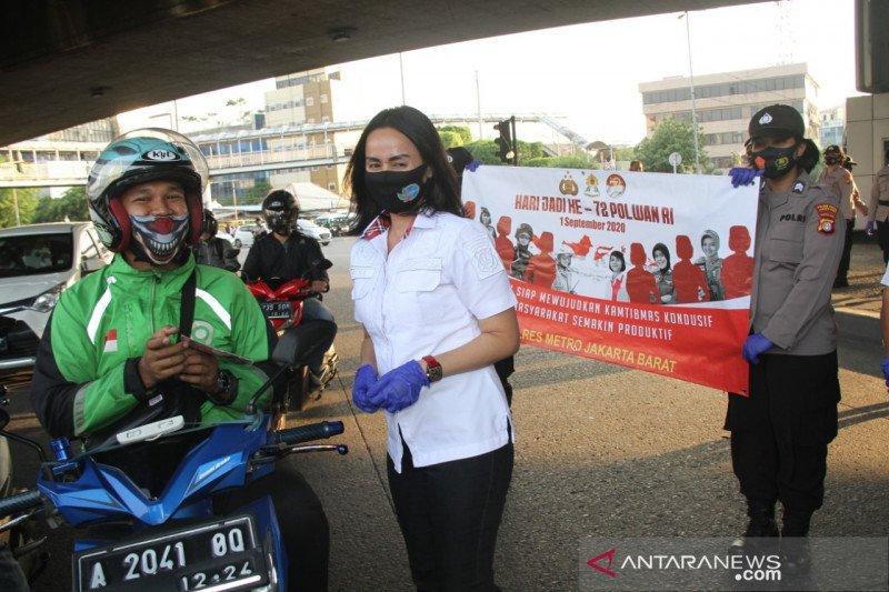 HUT Polwan ke-72, Polres Jakbar bagikan masker untuk pengguna jalan