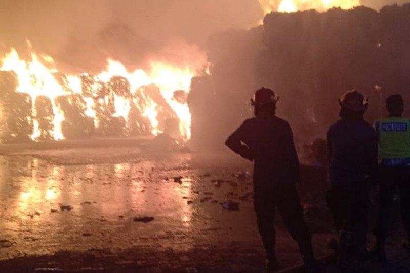 Penyimpanan karton Tjiwi Kimia di Sidoarjo terbakar