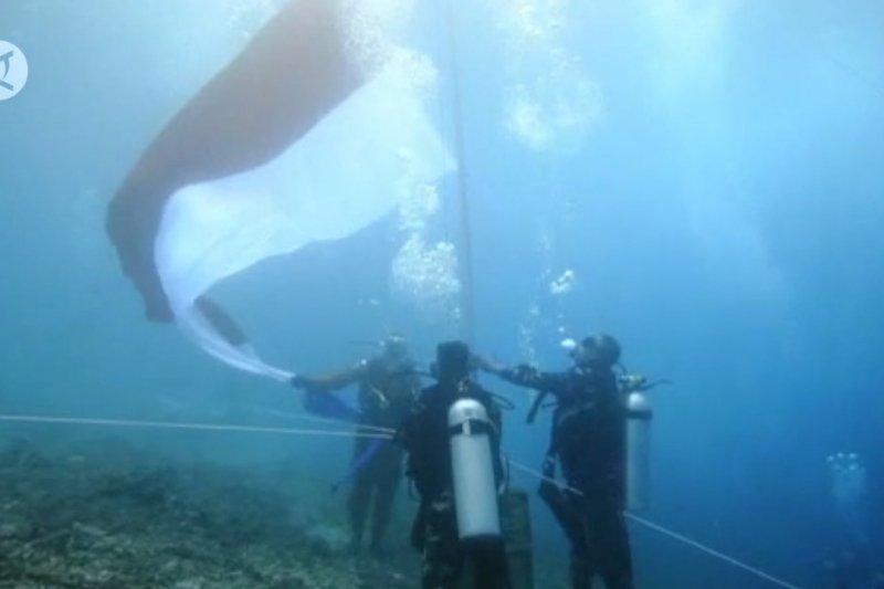 100 penyelam Kota Ternate kibarkan bendera di bawah laut