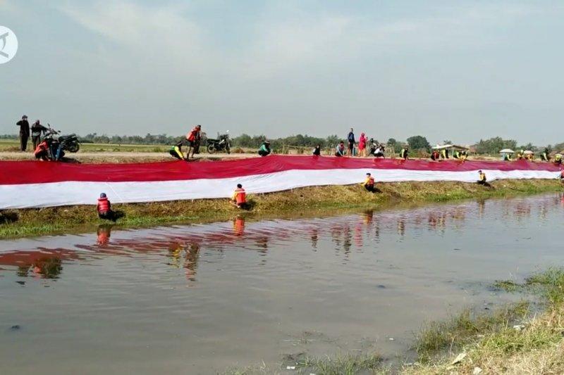 50 pegiat lingkungan bentangkan bendera merah putih di Sungai Cikijing