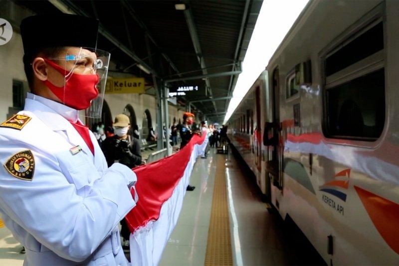 Merah Putih membentang di dalam gerbong kereta api Serayu