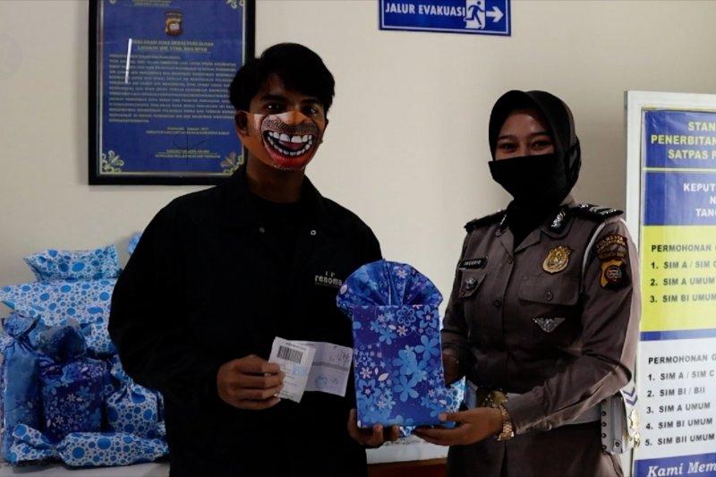 Gunakan masker unik, dapat kado dari petugas