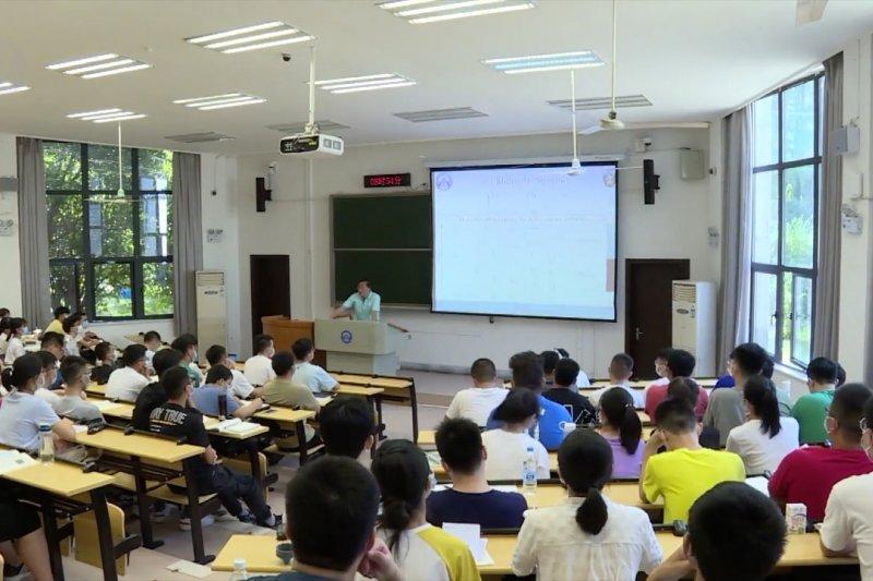 Lebih dari 9.100 mahasiswa Universitas Wuhan kembali ke kelas