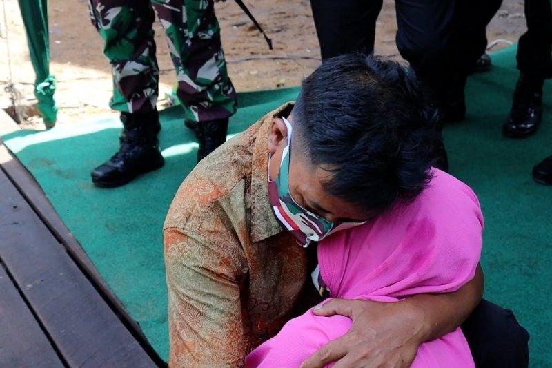Tangis haru keluarga Syamsudin usai terima bantuan bedah rumah TNI