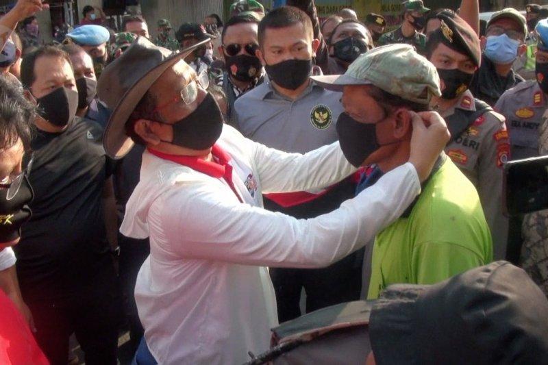 Menkopolhukam bagikan masker antibakteri di Malioboro
