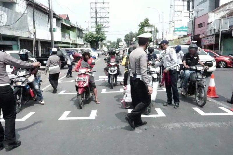 Satlantas Polres Pekalongan terapkan jaga jarak di lampu lalu lintas