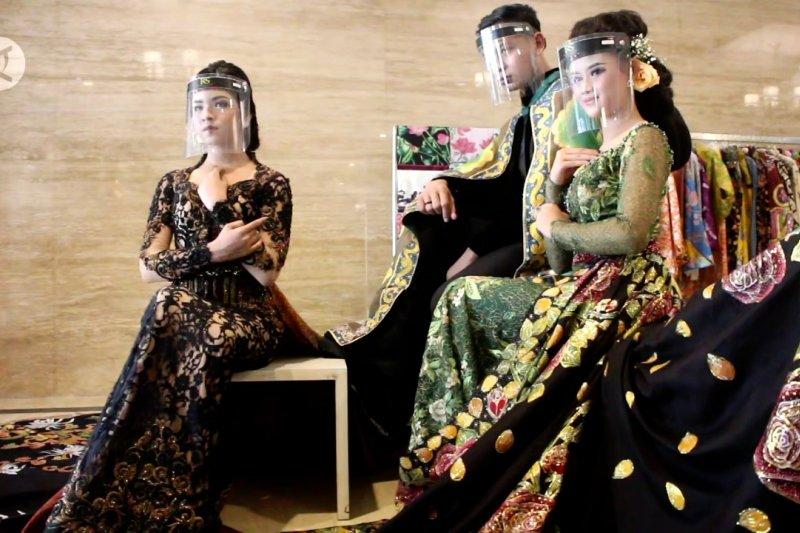 Cantik mempesona motif batik dalam seredan gaun pengantin