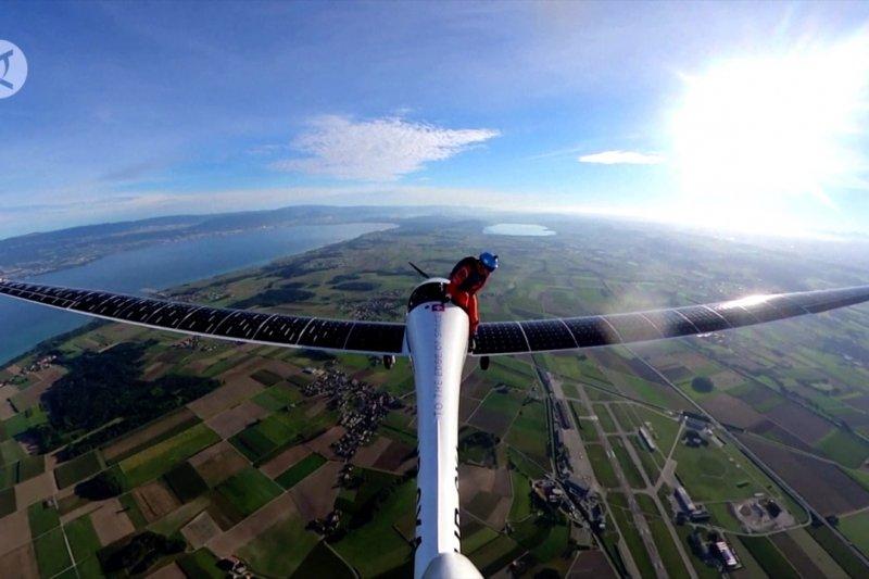 Penerjun lompat dari pesawat tenaga surya di ketinggian 1.520M