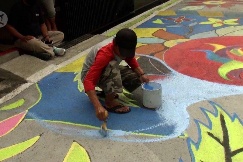 Warga Bandung lukis mural 154 meter di permukaan jalan