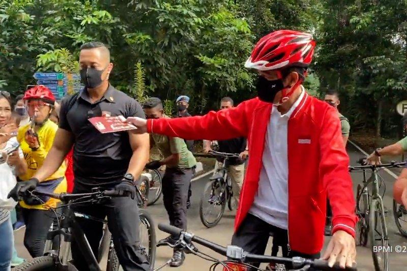 Sambil bersepeda Presiden Jokowi bagikan masker di Kebun Raya Bogor