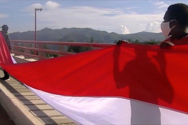 Bendera Merah Putih dibentangkan sepanjang 1,5 KM di Jembatan Merah Youtefa