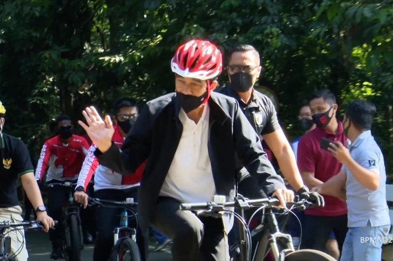 Jokowi gowes sepeda dan bagikan masker di Kebun Raya Bogor
