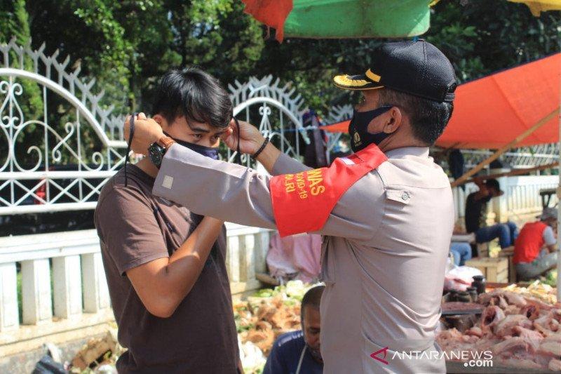 Personel Polres Sukabumi Kota bagikan masker untuk pedagang