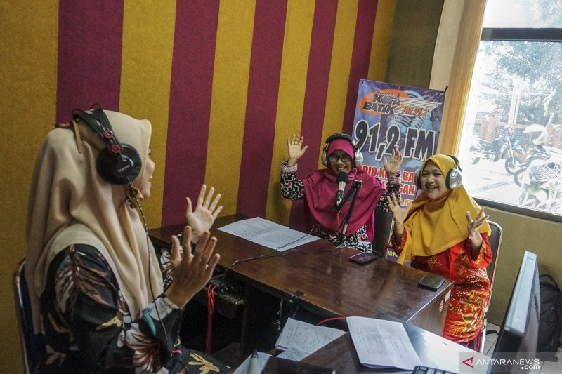 Guru mengajar melalui radio