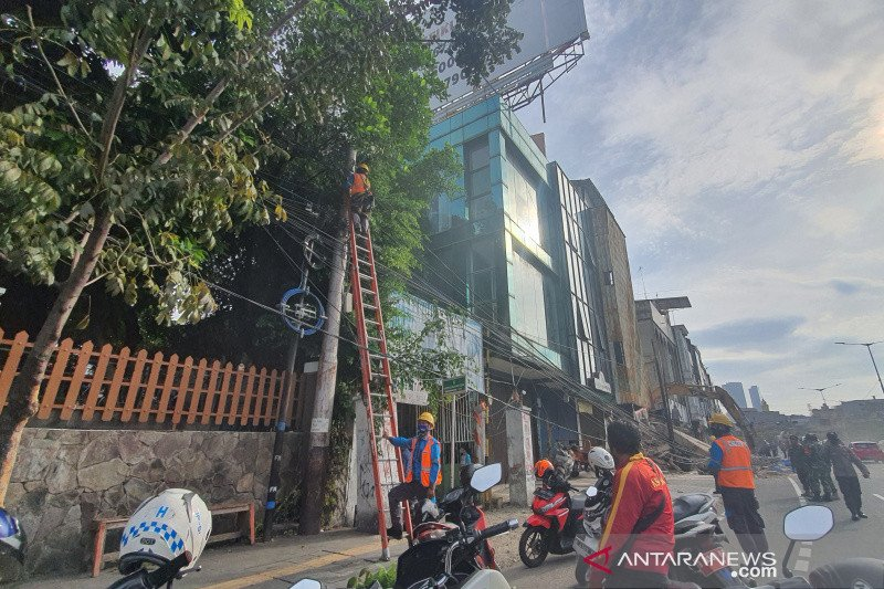Kabel listrik dipotong imbas ruko ambruk di Kyai Caringin Cideng