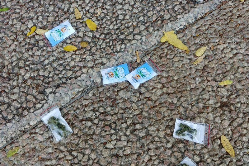 Paket-paket berisi ganja berjatuhan dari langit di Tel Aviv