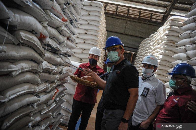 Mensos kunjungi gudang beras Bulog di Cimahi