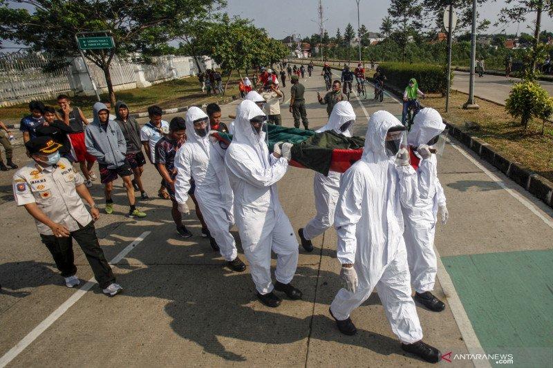 Pelanggar kewajiban bermasker ditandu menuju pemakaman