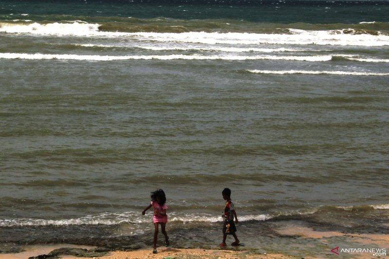 BMKG: Waspadai gelombang 4-5 meter di Selatan Sumba