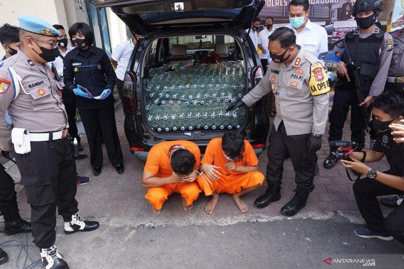 Polisi tangkap pengendara minibus bawa ratusan botol minuman keras