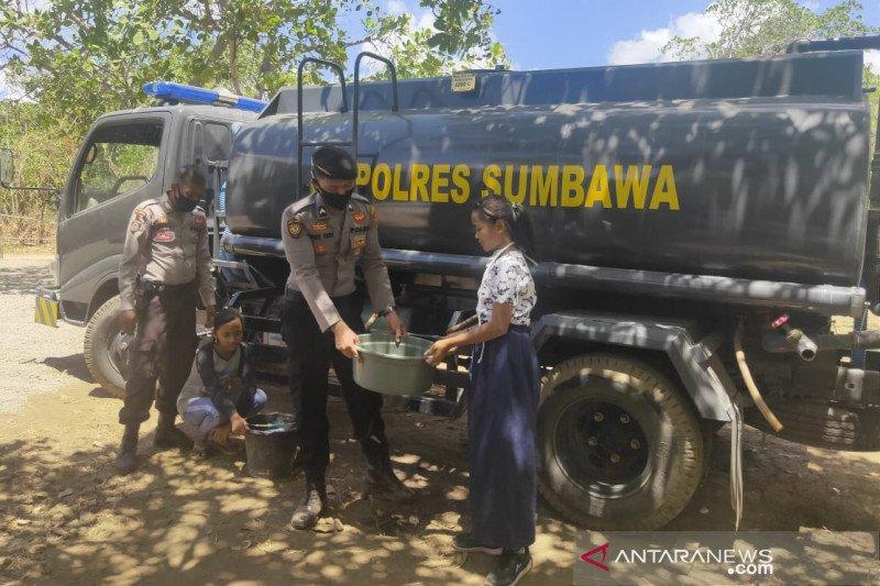 Polisi salurkan kebutuhan air bersih ke daerah terdampak kekeringan