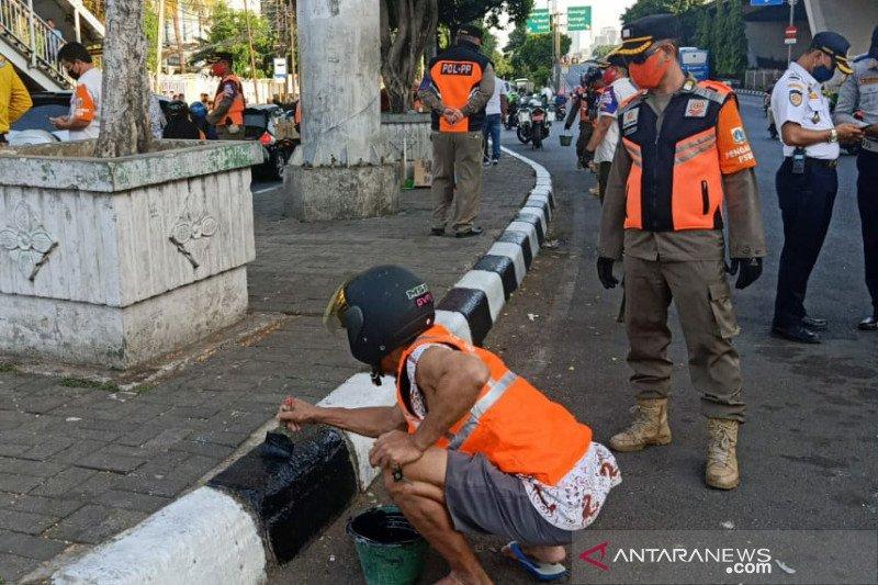 Satpol PP beri sanksi sosial cat trotoar bagi warga tak gunakan masker