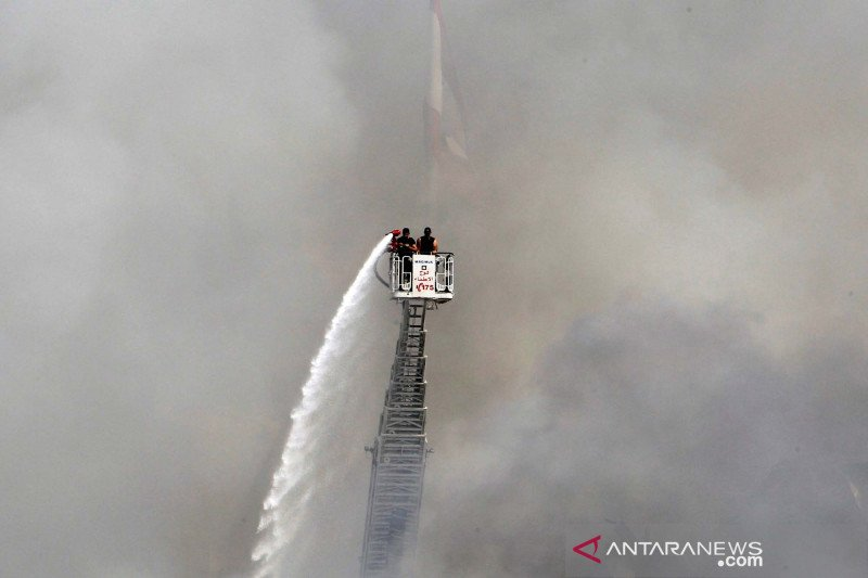 Pemadaman kebakaran di pelabuhan Beirut Lebanon