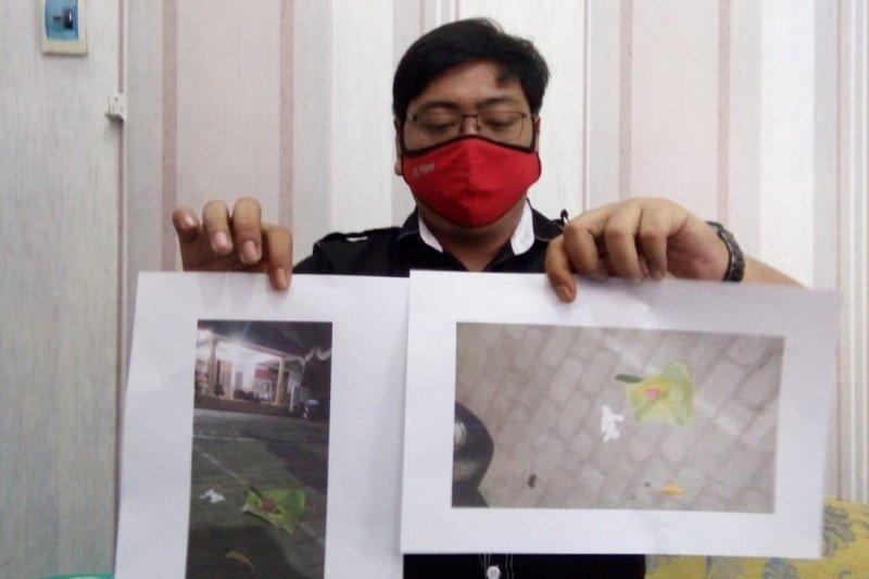 Kantor KPU Kota Blitar diteror bunga setaman dan boneka kertas