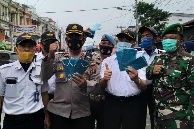 Kampanye peduli COVID-19, Menko PMK bagikan masker di  Medan