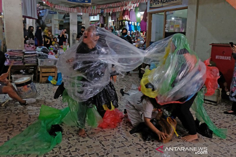Aksi teatrikal seniman Temanggung kampanyekan pengelolaan sampah