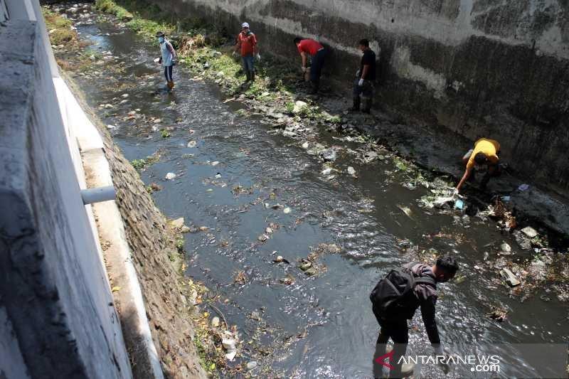 121 warga Solo tidak bermasker dihukum bersihkan sungai