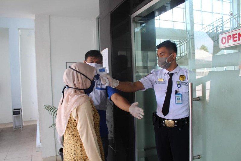 Seluruh karyawan Bank Nagari Simpang Empat Pasaman Barat dites usap