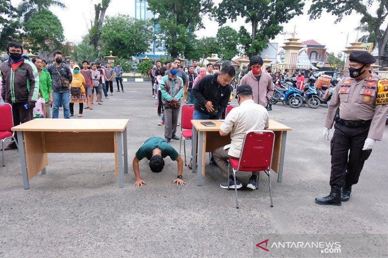 Sejumlah pengendara tidak pakai masker dihukum 'push-up'