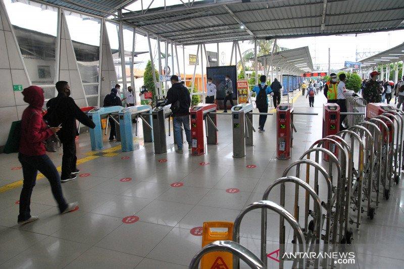 Stasiun Bogor telihat lengang di hari pertama PSBB total Jakarta