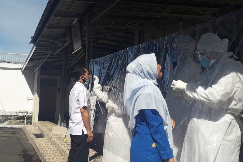 68 orang karyawan Bank Nagari di Pasaman Barat tes usap COVID-19