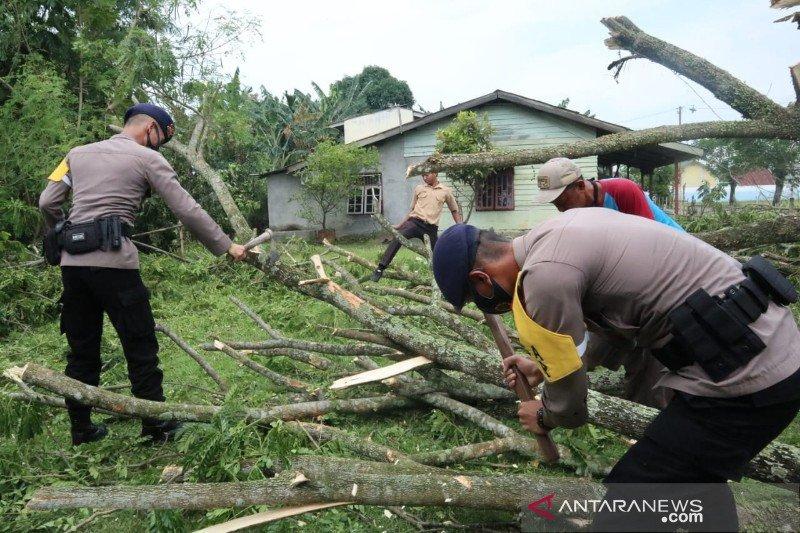 Brimob Polda Sumut bantu korban puting beliung di Deli Serdang