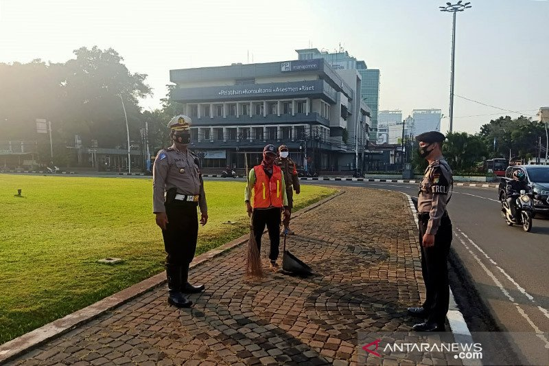 Polisi temukan 15 pelanggar PSBB dalam waktu 1,5 jam di Tugu Tani