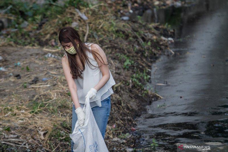 Pelanggar protokol kesehatan di Solo dihukum bersihkan sungai
